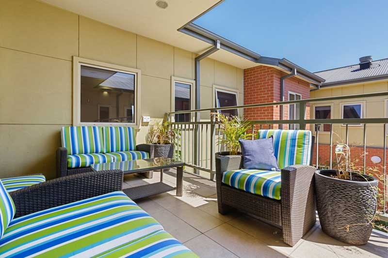 Doutta Galla Footscray - undercover balcony with outdoor furniture